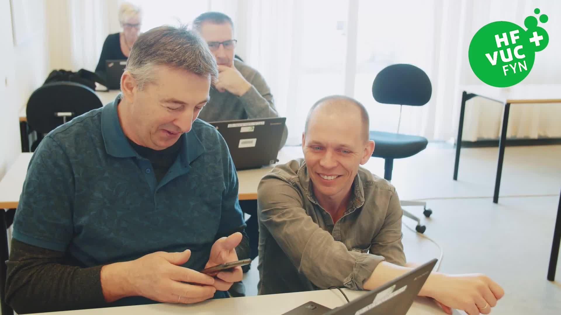 Medarbejder bliver undervist i FVU digital hos VUC