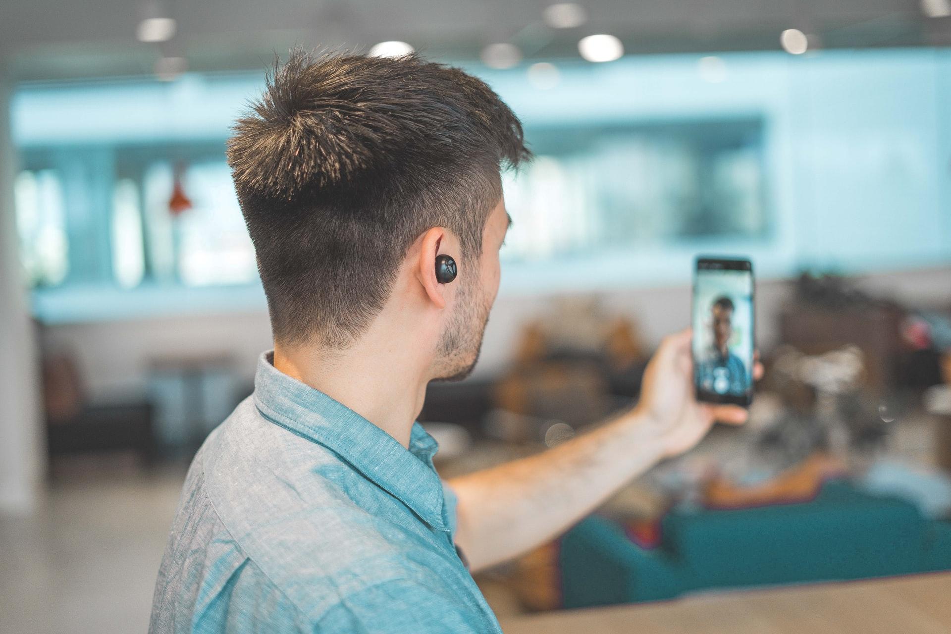 Mand der holder telefon får nye digitale kompetencer