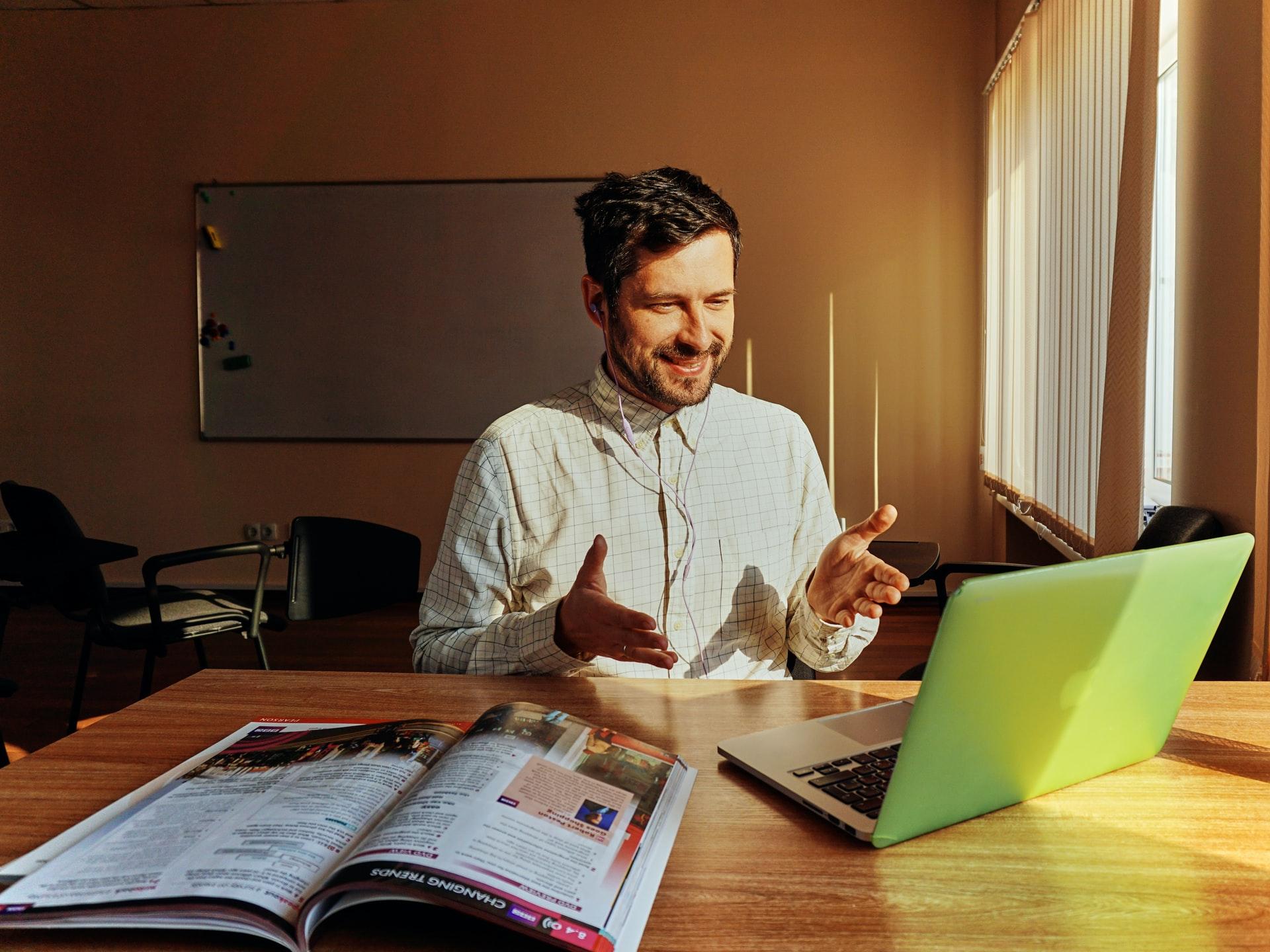 Mand sidder ved computer og får fjernundervisning