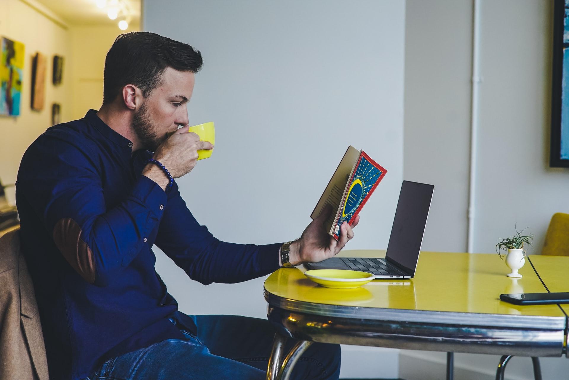 Mand ved computer får fjernundervisning i engelsk